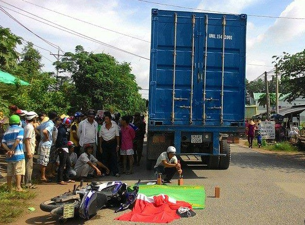 Xe container can co gai tu vong tren pho hinh anh 1