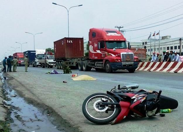 Me bi xe container can tu vong tren duong ve tham con hinh anh