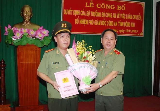 Con Chu tich TP HCM lam Pho giam doc Cong an Dong Nai hinh anh 1 Thiếu tướng Nguyễn Thanh Nam (bìa phải) trao quyết định và tặng hoa chúc mừng Trung tá Lê Hoàng Ngân