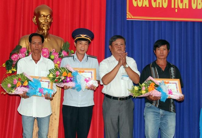 2 nguoi bao su co sap cau Ghenh duoc khen thuong hinh anh 1