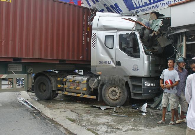 Xe container lao len le duong dam sap cua hang hinh anh 1