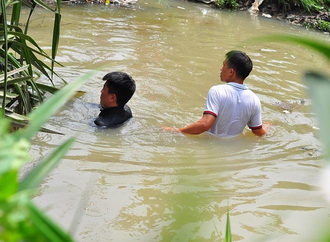 Lap dat luoi sat tren mieng cong 'nuot' be trai o Binh Duong hinh anh 3