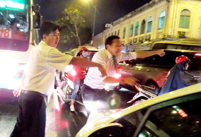 Tai xe taxi xuong duong phan luong giao thong o trung tam Sai Gon hinh anh 1