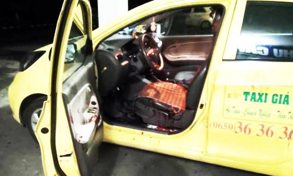 Tai xe taxi bi dam trong thuong khi khang cu ten cuop hinh anh 1