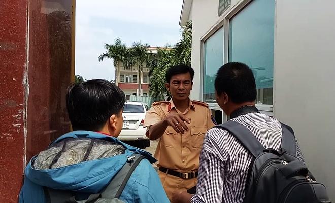 CSGT Dong Nai khuyen tai xe khong dung tien le mua ve qua tram thu phi hinh anh 3