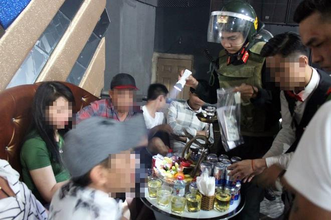 Hang chuc nam nu 'phe' ma tuy trong quan bar o Dong Nai hinh anh 2