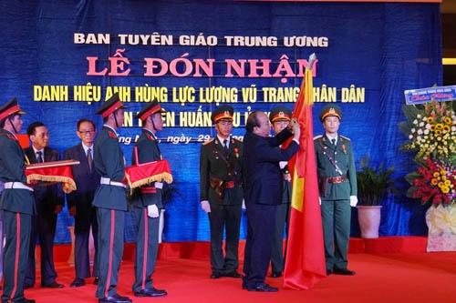 Ban Tuyen huan Khu uy Khu V don nhan danh hieu Anh hung hinh anh