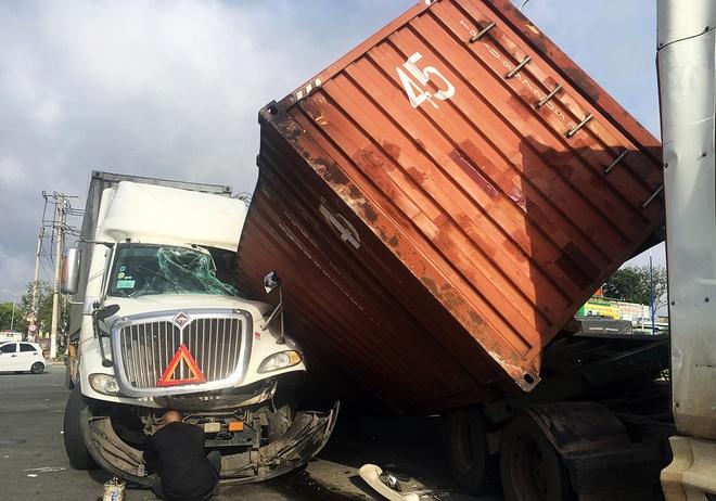Container truot khoi xe, de bep cabin oto dau keo hinh anh
