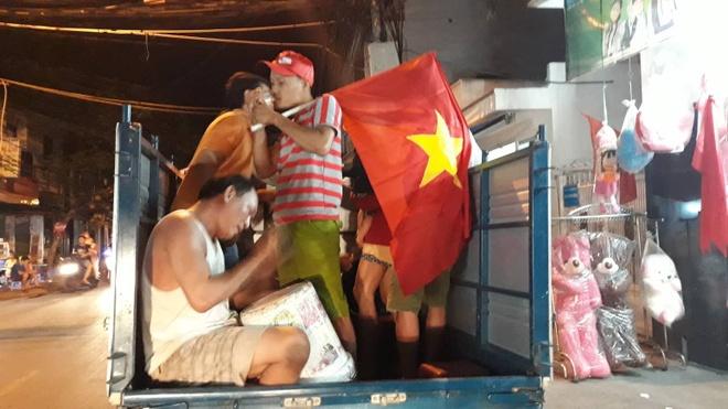 Bien nguoi ra duong xuyen dem mung chien thang cua Olympic Viet Nam hinh anh 4