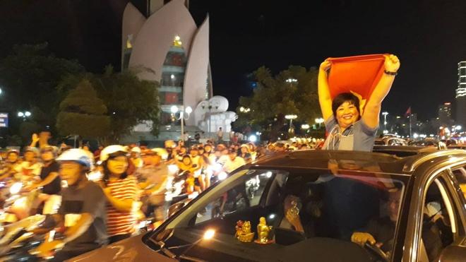 Nguoi Nha Trang dieu hanh khap pho an mung chien thang cua Olympic VN hinh anh