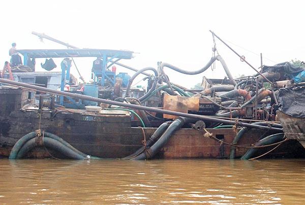 Truy bat thuyen gan may bom 'khung' hut cat trai phep hinh anh