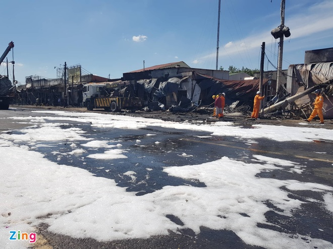Xe bồn chở xăng cháy, 6 người chết, 19 căn nhà bị thiêu rụi