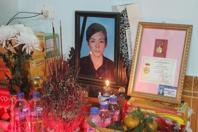 Bo GD truy tang bang khen nam sinh cuu nguoi trong lu du hinh anh 2