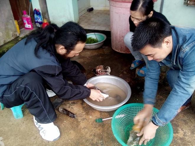 Con sot da thach anh o mien tay xu Nghe hinh anh 2 Anh Hà (bên trái) đang rửa bùn đất số thạch anh vừa mua được