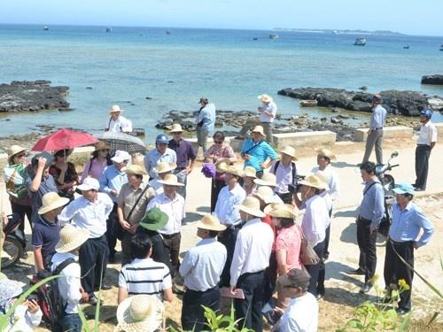Đoàn công tác của EVNCPC và UBND tỉnh Quảng Ngãi kiểm tra thực địa công trình nâng cấp lưới điện trung - hạ áp trên đảo Lý Sơn.