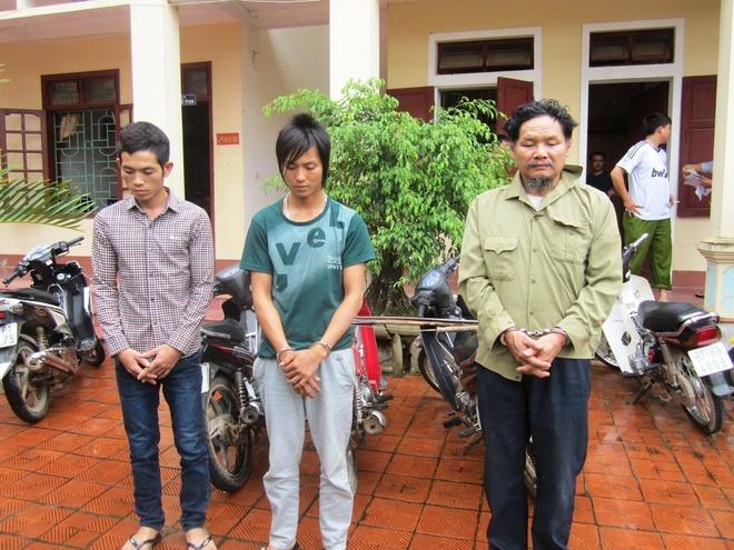 Ong trum 'cau tac' nup bong chu quan thit cho hinh anh 1 Nguyễn Cảnh Hân và hai đệ tử bị công an Yên Thành bắt giữ.