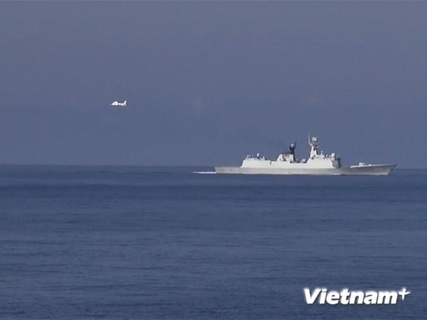May bay trinh sat My, chien dau co TQ bay gan gian khoan hinh anh 1 Máy bay và tàu Trung Quốc ở khu vực Hoàng Sa.