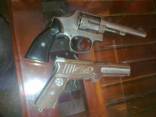 Vay bat ten cuop dung sung tron giua dai ngan hinh anh 2 Hai khẩu súng mà Bình dùng để cướp tài sản.