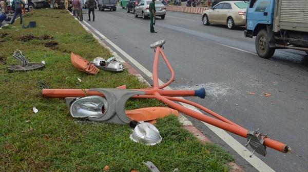 Xe dau keo 'dai nao' Xa lo Ha Noi hinh anh 3 Tại hiện trường, hai trụ đèn giao thông bị tông gãy sập xuống đường, bóng đèn và trụ đèn bị bể nát, nhiều mảng cỏ bị cày nát, phần đầu xe bị hư hỏng nặng.