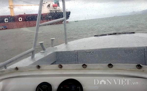 Gap 12 khach Tay tren tau bi loc nhan chim hinh anh 1 Trời mưa kèm gió lớn nhưng chiếc ca nô của Ban quản lý VHL vẫn xuất hành chở lãnh đạo tỉnh Quảng Ninh và phóng viên