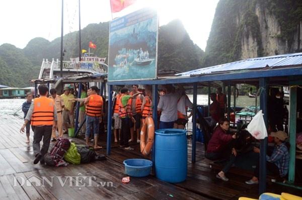 Gap 12 khach Tay tren tau bi loc nhan chim hinh anh 4 Toàn bộ 13 du khách được người dân và thuyền viên tàu bạn ứng vớt đưa lên bè của doanh nghiệp Hoa Cương gần khu vực bị nạn.
