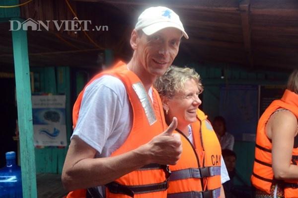 Gap 12 khach Tay tren tau bi loc nhan chim hinh anh 7 Trong khi đó, cặp đôi này lại rất lạc quan khi nở nụ cười trước ông kính phóng viên.