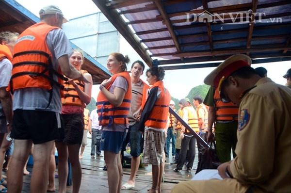 Gap 12 khach Tay tren tau bi loc nhan chim hinh anh 8 Lực lượng công an ghi lại thông tin về các du khách và thuyền viên trên tàu...
