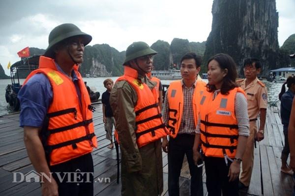 Gap 12 khach Tay tren tau bi loc nhan chim hinh anh 9 Phút bàn bạc đưa các du khách về bờ của lánh đạo tỉnh Quảng Ninh và Ban quản lý vịnh Hạ Long.