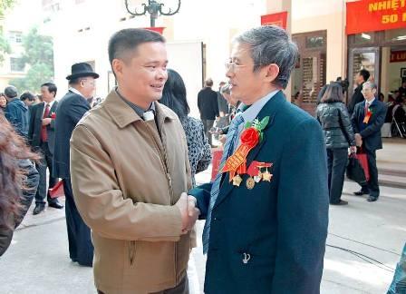 Pho chu tich tinh len facebook 'bao cao' dan hinh anh