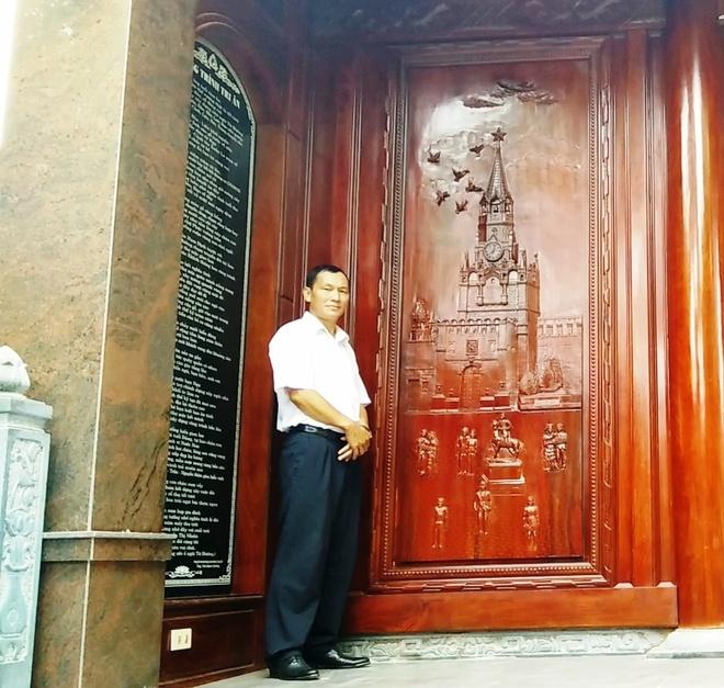 Ngoi nha doc nhat vo nhi lam tu 700 m3 go dinh huong hinh anh 16 Đại diện của căn nhà này là ông Trần Quang Bảo đứng bên hình chạm khắc biểu tượng của nước Nga. Hiện gia đình ông Bảo cũng đang sinh sống ở Nga nên đã giao lại cho người chú họ là ông Trần Văn Lợi trông coi căn nhà này.