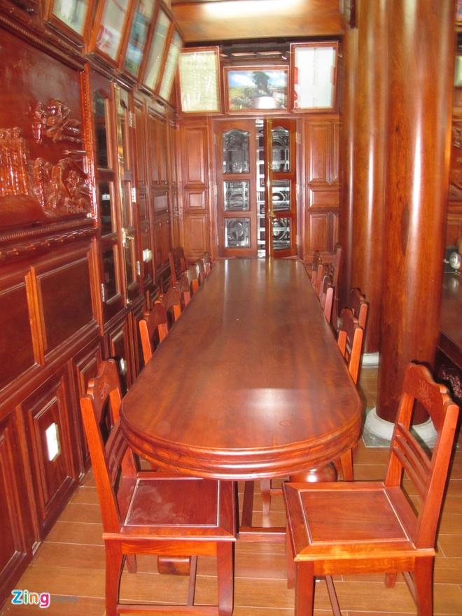 Ngoi nha doc nhat vo nhi lam tu 700 m3 go dinh huong hinh anh 9 Chiếc bàn gỗ dài 4m, rộng 1,2m đặt ở góc bên trái bàn thờ cũng được làm từ gỗ đinh hương nguyên tấm.