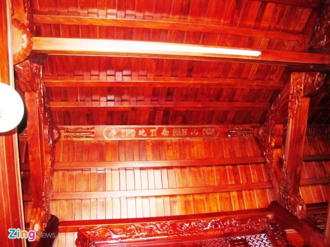 Ngoi nha doc nhat vo nhi lam tu 700 m3 go dinh huong hinh anh 13 Phía trên trần, đường băng trên nhà làm bằng gỗ nguyên khối và khắc dòng chữ: Thọ - Tị - Nam - Sơn; Phúc - Như - Đông - Hải.