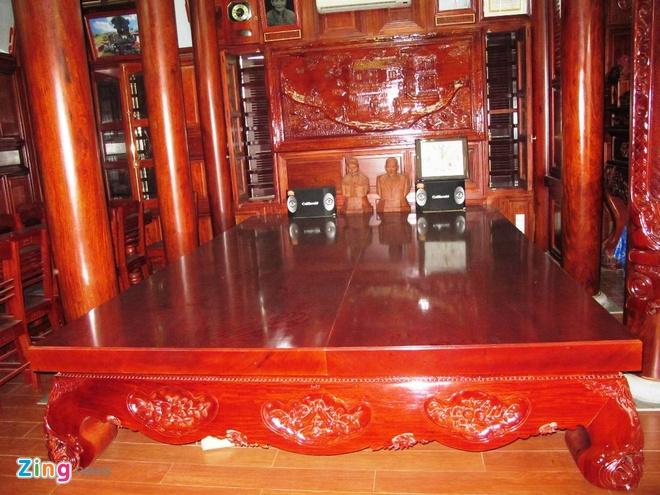 Ngoi nha doc nhat vo nhi lam tu 700 m3 go dinh huong hinh anh 5 Bên trong ngôi nhà cũng toàn bằng gỗ đinh hương. Một tấm dong lớn đặt ngay cạnh gian bên bàn thờ tổ tiên, hai bên là hai hàng cột.