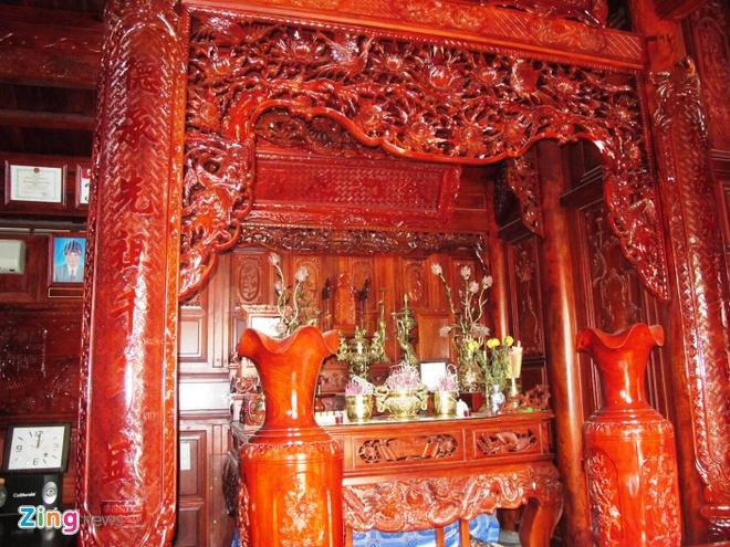 Ngoi nha doc nhat vo nhi lam tu 700 m3 go dinh huong hinh anh 6 Bên trong ngôi nhà được chạm trổ rất công phu. Đặc biệt là gian chính giữa có nhiều hoa văn, họa tiết đẹp được chủ nhân chọn đến khắc họa.