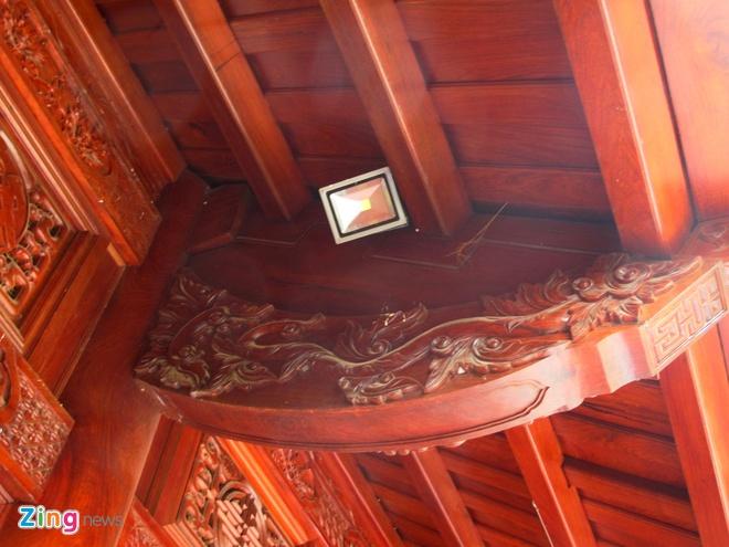 Ngoi nha doc nhat vo nhi lam tu 700 m3 go dinh huong hinh anh 4 Các chi tiết, bộ phận trong nhà đều được chạm trổ chi tiết, với những họa tiết độc đáo được nhóm thợ Nam Định tỉ mỉ thi công.