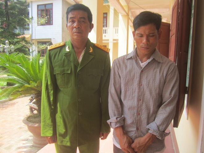 Hùng và Tú tại cơ quan công an huyện Yên Thành.