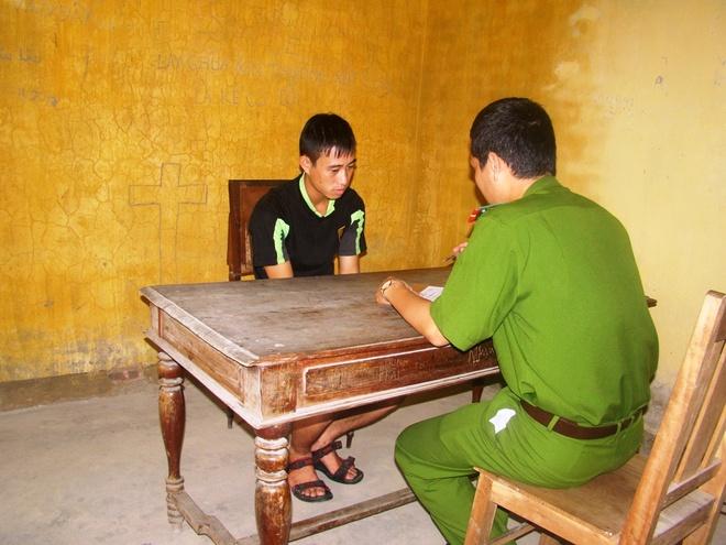 Cảnh sát đang lấy lời khai của Nguyễn Văn Hùng.