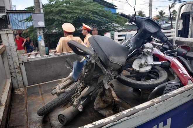 Xe gắn máy cả anh Nam bị ủn nát phần đuôi.