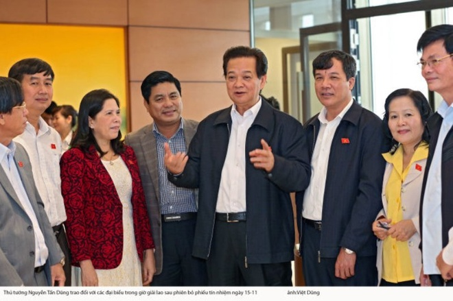 La phieu phan anh muc do hai long hinh anh 1 Thủ tướng Nguyễn Tấn Dũng trao đổi với các đại biểu trong giờ giải lao sau phiên lấy phiếu tín nhiệm ngày 15-11 - Ảnh: V.dũng