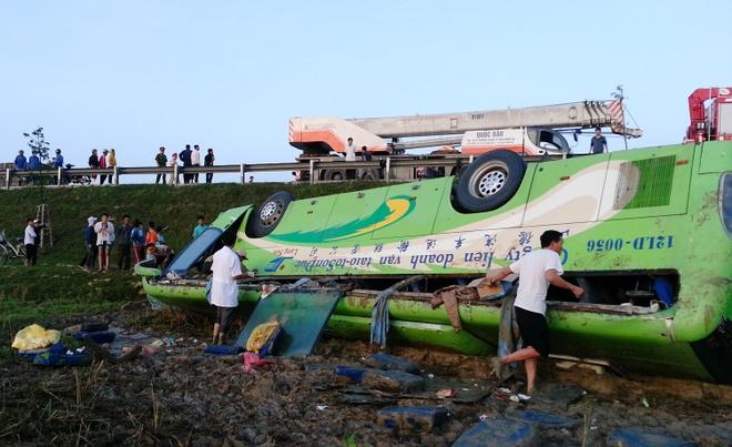 Chiếc xe bị lật ngửa chổng 4 bánh lên trời dưới ruộng nước cạnh quốc lộ. 35 hành khách ngồi trên xe không một ai thoát được ra ngoài trước khi xe gặp nạn.