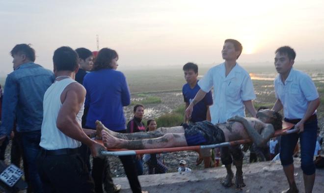 Những nạn nhân bị thương được đưa lên xe đi cấp cứu.