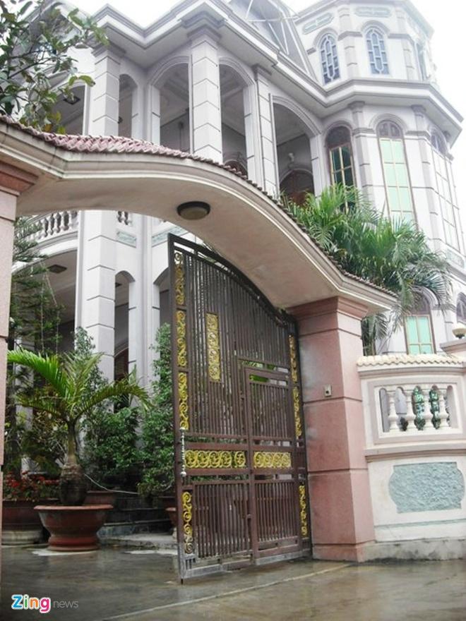 Biệt thự của gia đình ông Hòe làm đã lâu nhưng với kiến trúc phương tây nên không lỗi thời.