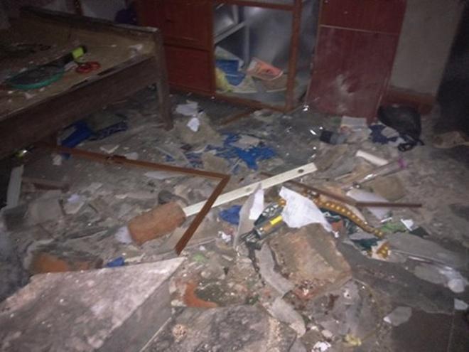 Nhà chờ tầng 2 bị sập hoàn toàn sau vụ nổ.