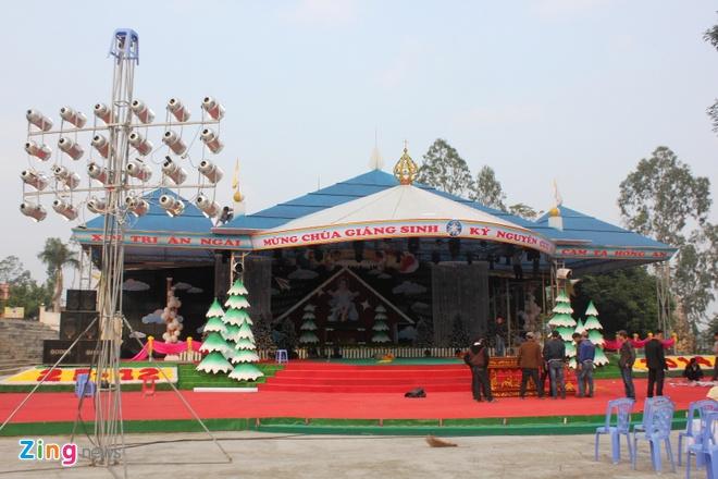 Cay thong Noel khong lo cao 41 met gia mot ty dong hinh anh 17 Khu sân khấu làm lễ, tổ chức văn nghệ đang gấp rút hoàn thành để phục vụ cho dịp lễ Giáng sinh cận kề.