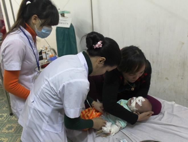 Bé Thùy Linh vẫn đang được các bác sĩ chăm sóc, theo dõi tại bệnh viện Sản - Nhi Nghệ An.