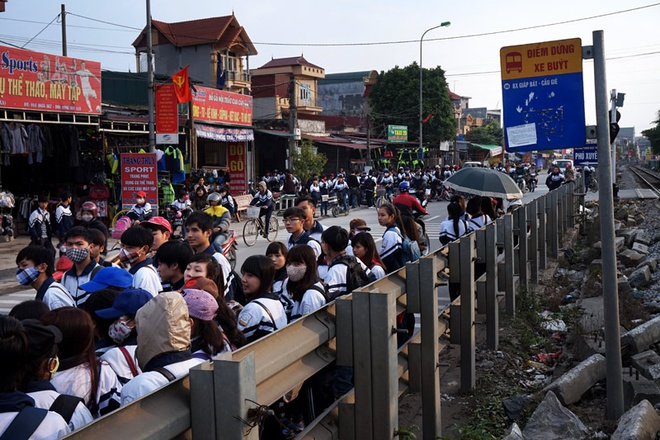 Tuyến xe buýt Giáp Bát - Cầu Giẽ dài 35 km chạy qua 2 huyện Thường Tín, Phú Xuyên (Hà Nội). Đoạn từ Thường Tín đến Cầu Giẽ có 17 điểm dừng xe buýt thì 13 điểm hành khách đợi xe phải đứng dưới lòng đường áp sát vào rào chắn đường sắt (tuyến đường sắt Bắc - Nam) để tránh dòng xe cộ lúc nào cũng tấp nập.