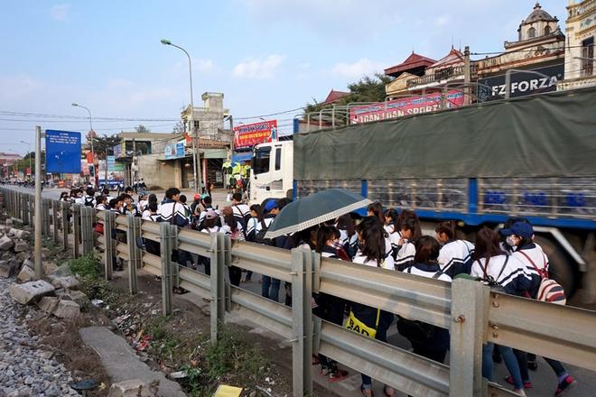 Tai nạn giao thông có thể xảy ra bất cứ lúc nào với những hành khách đợi xe ở những bến buýt này.  Đặc biệt, tại điểm dừng trước cổng trường THPT Phú Xuyên A, ở bến buýt này cứ vào giờ tan học, hàng mấy chục học sinh chen chúc đợi xe buýt dưới lòng đường cản trở giao thông rất nguy hiểm.