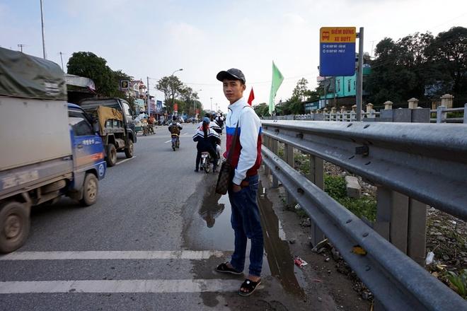 Cũng như hầu hết các bến buýt hướng Thường Tín đi Cầu Giẽ, bến buýt nằm trên phố Guột, xã Phúc Tiến, Thường Tín cũng không có nhà chờ mà khách đợi xe phải đứng dưới lòng quốc lộ.