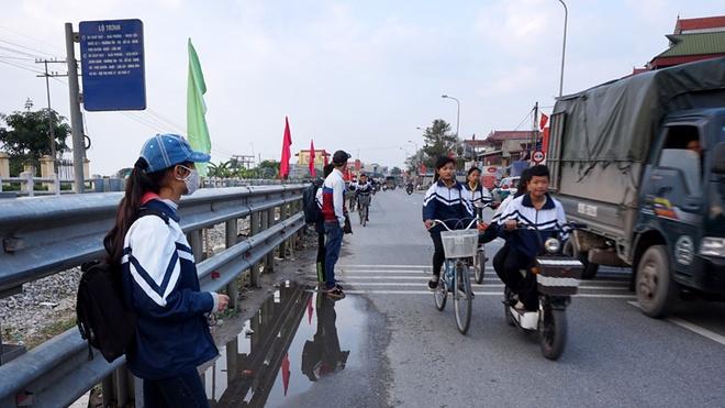Hành khách đón xe buýt từ phố Guột luôn phải đợi xe trong tình cảnh nép sát người vào rào chắn đường sắt để tránh nguy cơ trở thành nạn nhân tai nạn giao thông.