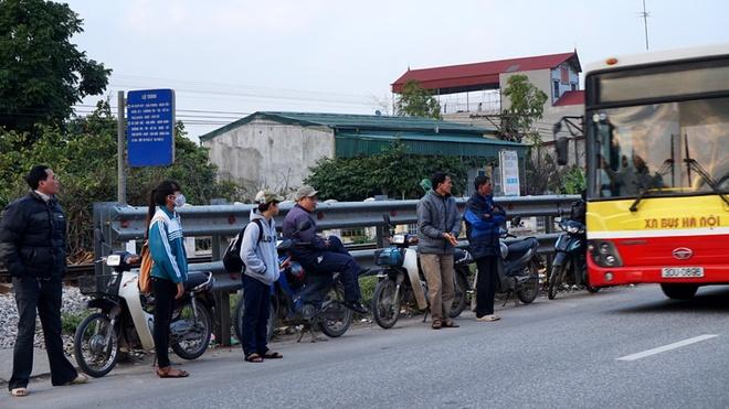 Thời gian chờ xe ở bến buýt thuộc địa phận Chợ Cầu, xã Thắng Lợi, Thường Tín trở thành thử thách mạo hiểm với mỗi hành khách.